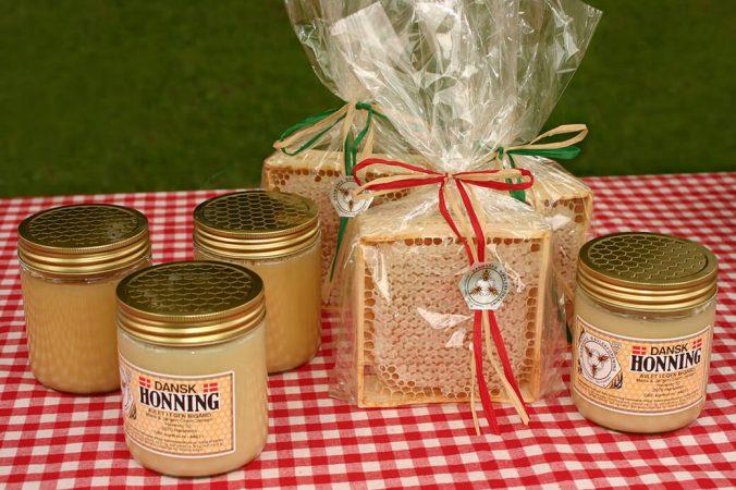 Tavlehonning i delinger ved siden af honning på glas. Foto: © Maria Gram